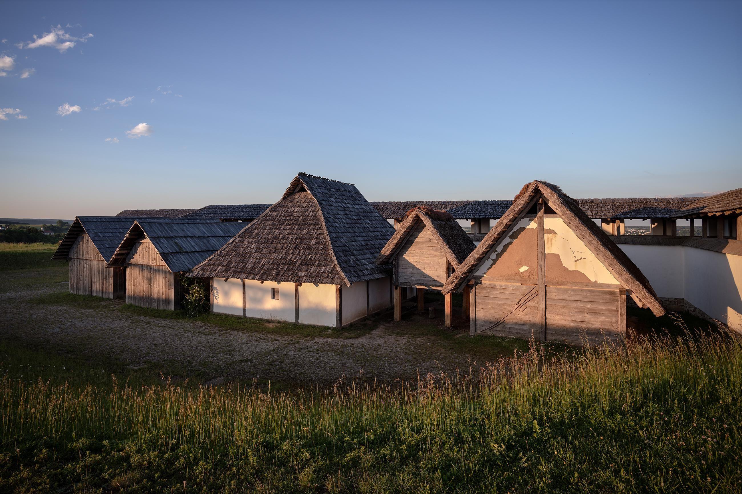 Heuneburg – Stadt Pyrene, rekonstruierte Gebäude des Handwerkerviertels