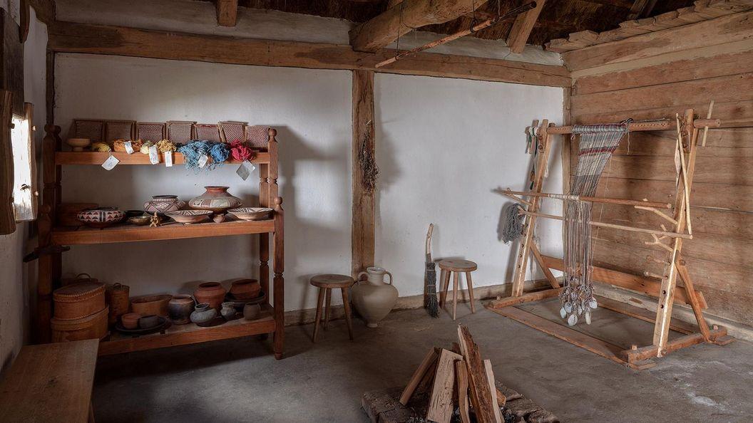 Heuneburg – Stadt Pyrene, Beispielhafter keltischer Webstuhl und Keramik im Freilichtmuseum der Heuneburg