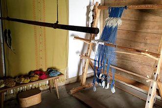 Heuneburg – Stadt Pyrene, Textilecke im rekonstruierten Wohnhaus