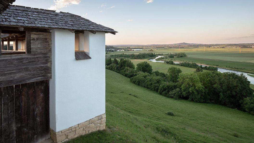 Heuneburg – Stadt Pyrene, Rekonstruktion der Lehmziegelmauer mit Blick zur Donau