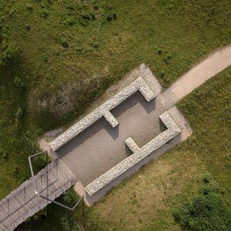 Heuneburg – Stadt Pyrene, Mauerwerk der Toranlage mit rekonstruiertem Torumriss