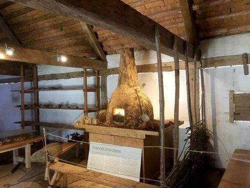 Heuneburg – Stadt Pyrene, Rennofen im rekonstruierte Gebäude des Handwerkerviertels
