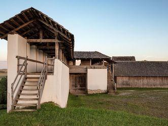 Heuneburg – Stadt Pyrene, rekonstruierte Lehmziegelmauer